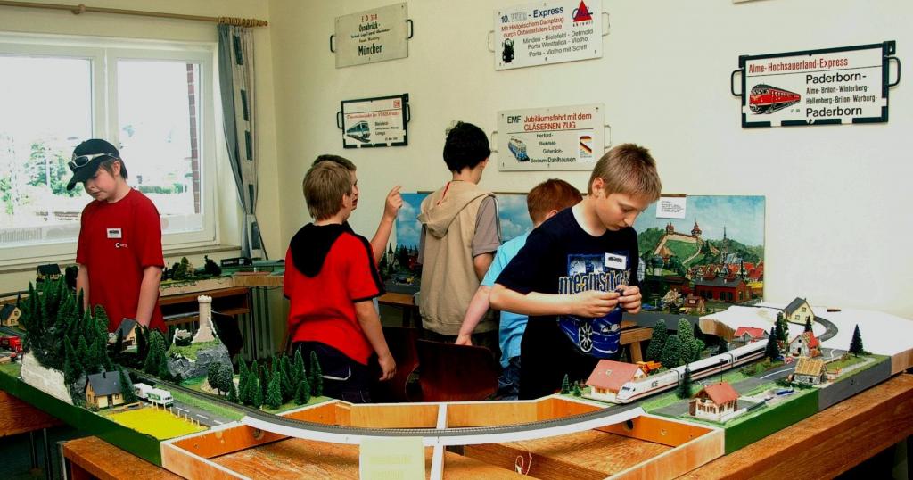 Ausstellung von Modulen der Jugendgruppe anlässlich eines Basars im Bahnhof