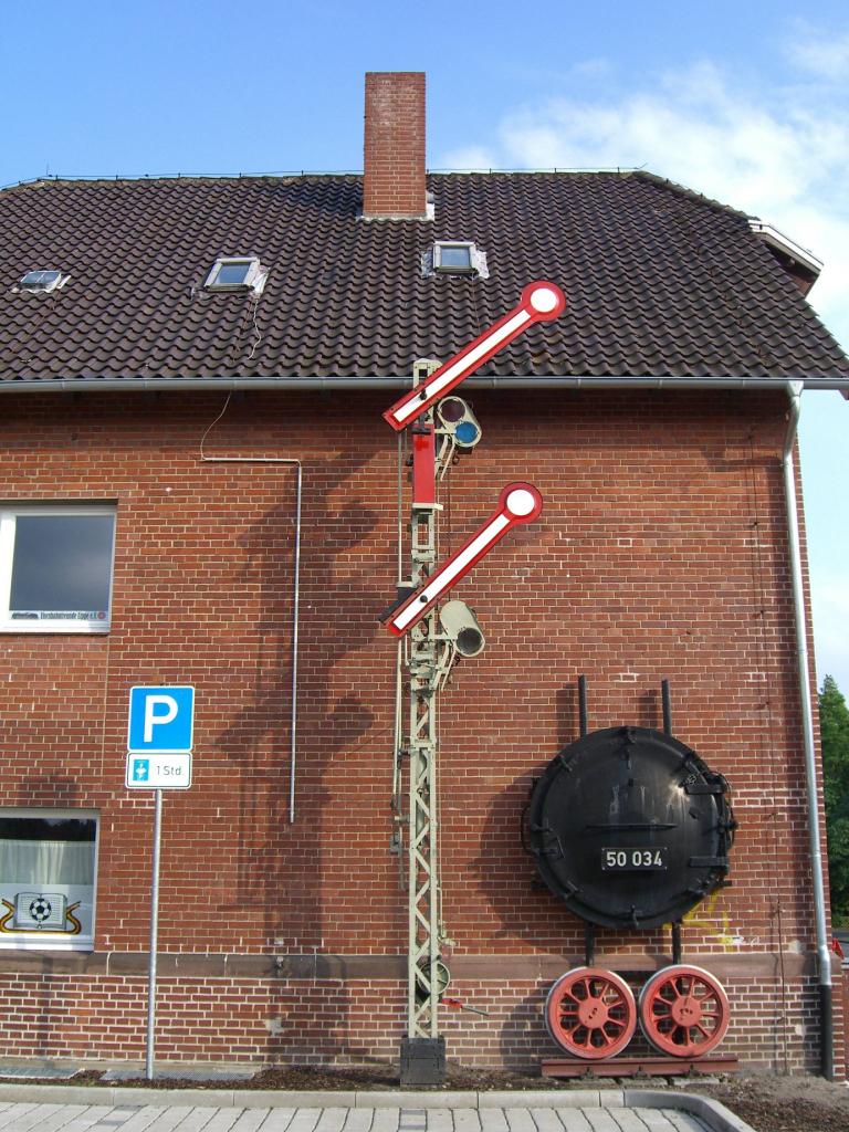 Die Westfront des Bahnhofsgebäudes in Lage noch ohne Vorsignal