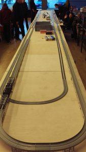 Aus Beständen unserer Vereinsmitglieder wurde diese ca. 16 Meter lange Schauanlage in Spur N und Gleismaterial von Kato erstellt. Auf ihr konnten sehr lange Personen- und Güterzüge bewundert werden.